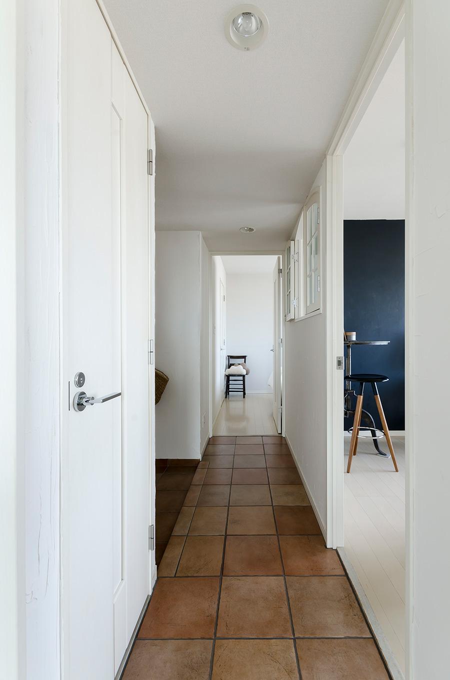 テラコッタが温かみを出す。壁はクロスの上から漆喰を塗装。