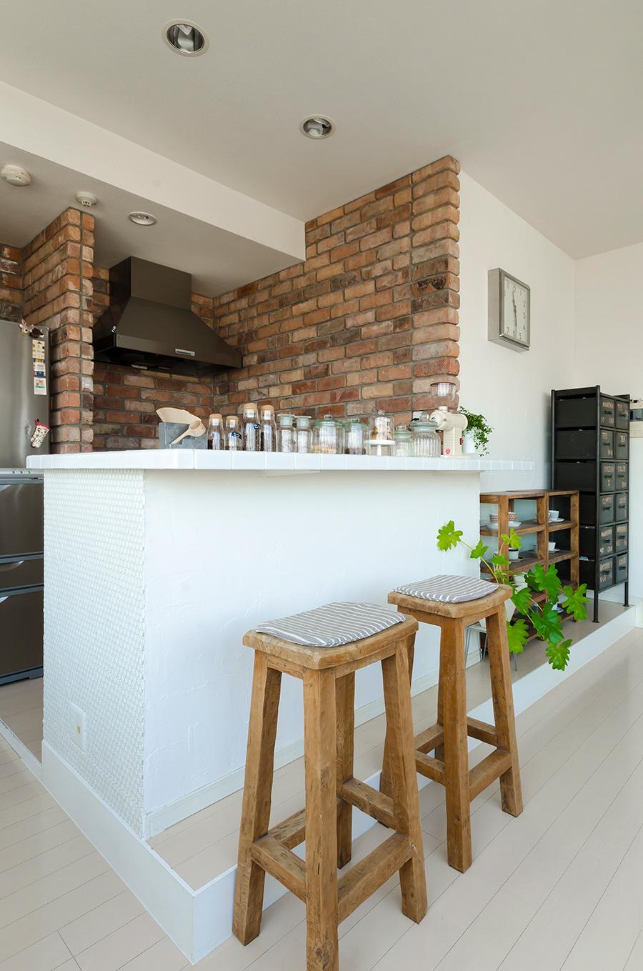 キッチンカウンターの側面は、コーヒーがはねても染みにならないよう白いタイルをDIYで貼った。