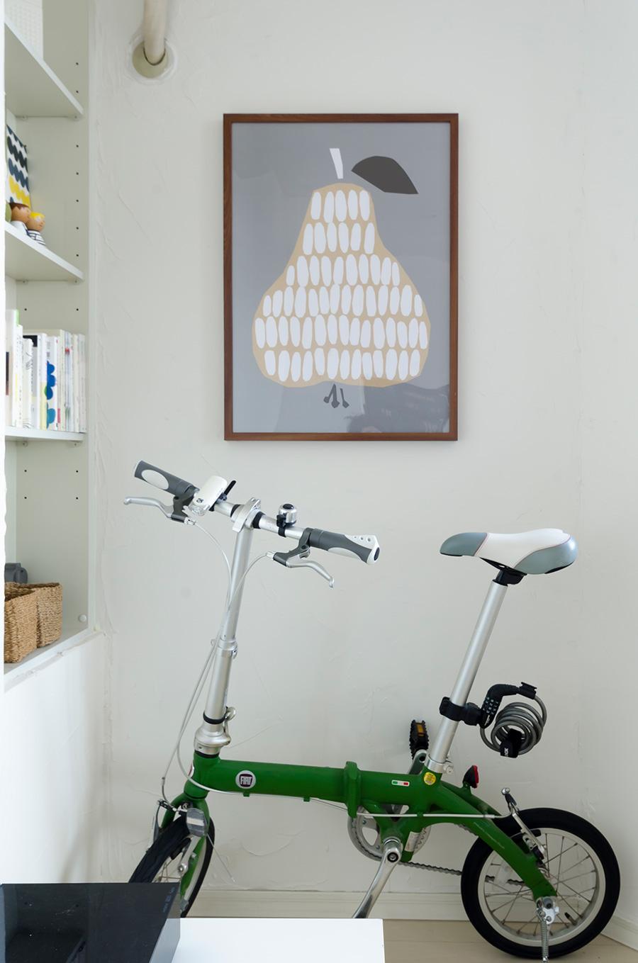 ダーリン・クレメンタインのポスターを額装。Fiatの自転車で横浜の街のサイクリングも楽しむ。