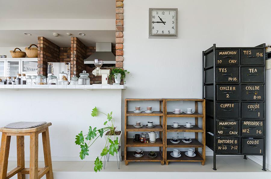 journal standard Furnitureの工業的なキャビネットに、Maduの素朴な棚。異素材のものをグリーンで調和させる技もさすが。