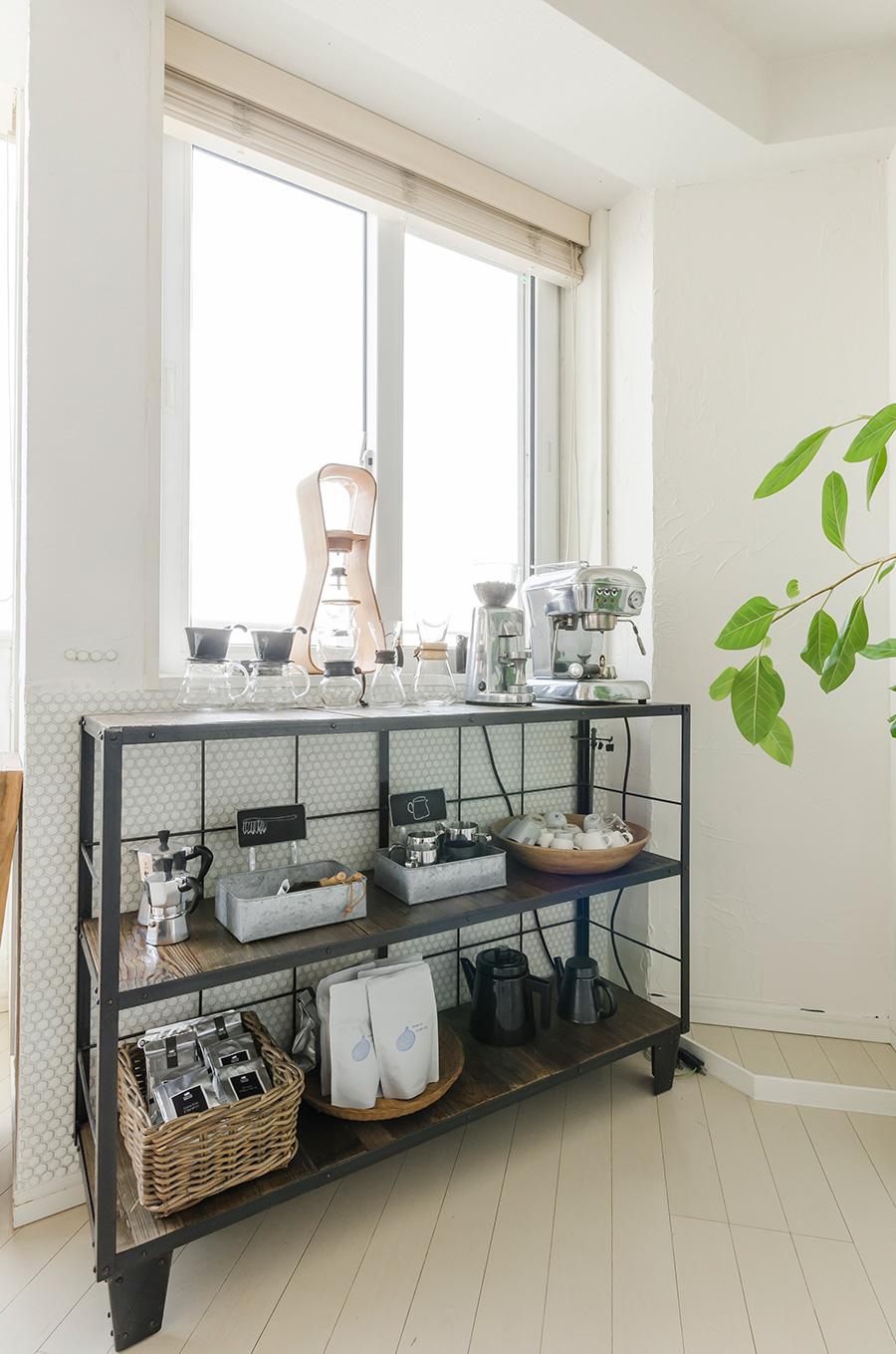 工業っぽさが気に入ったjournal standard Furnitureのシェルフに、コーヒー器材を揃えて。