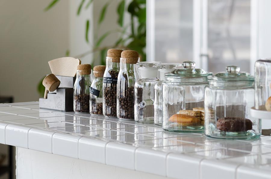 カウンターには、高さを揃えて小瓶を配置。リビング側から見たときシンクの目隠しになる。