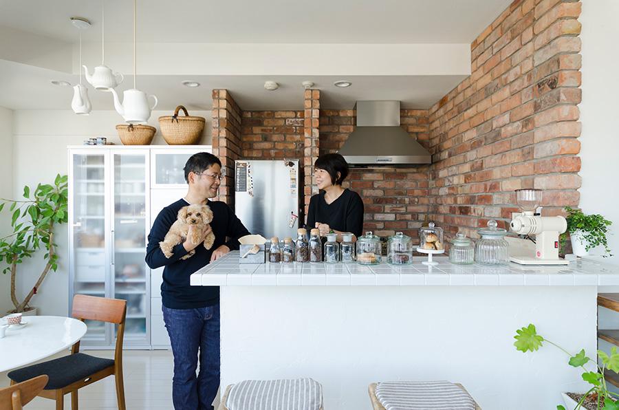 「cafenoma(カフェノマ)」主宰の刈込隆二さんと弓場暢香さん、愛犬のコロちゃん。自宅カフェの発信がインスタグラムで話題に。*cafenomaはオトノマ株式会社の商標です。