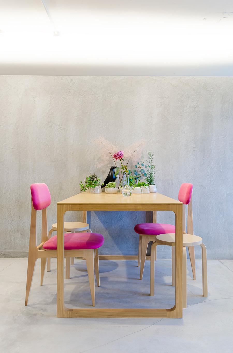 椅子、テーブル共に家具ブランド「IDÉE」のもの。