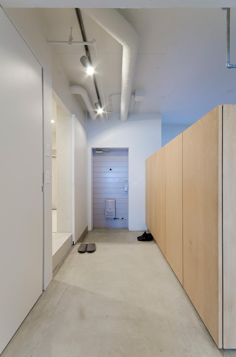 玄関横の靴棚は寝室との仕切りも兼ねる。