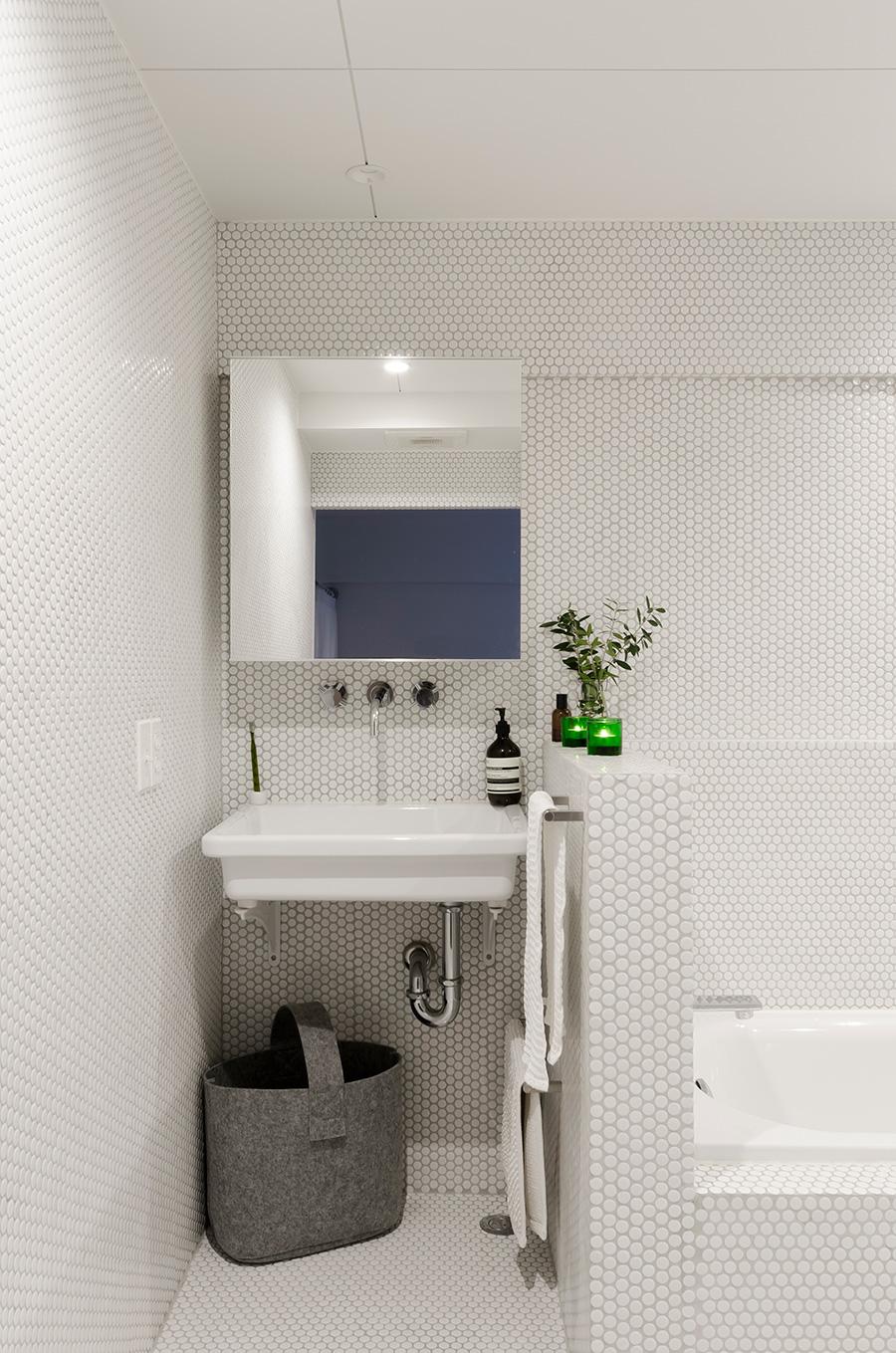 バスルームの壁面は白い丸タイルを使用。