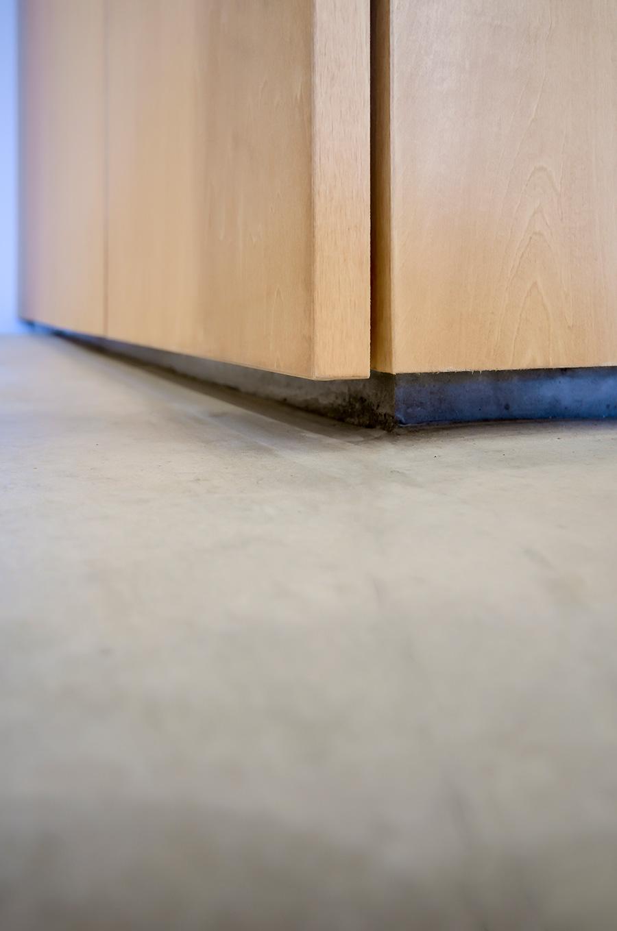 靴棚の扉と床の間に5㎝ほどの空間を作り、軽さを演出。