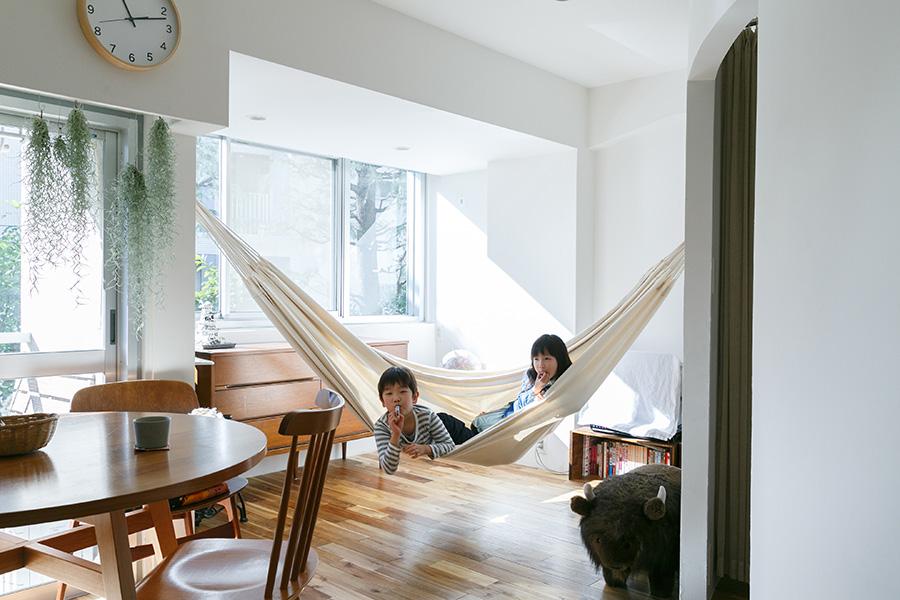 ハンモックは季一くんと多実子ちゃんのお気に入り。リノベーションの際に、ハンモックを吊るせるようにフックを取り付けてもらった。