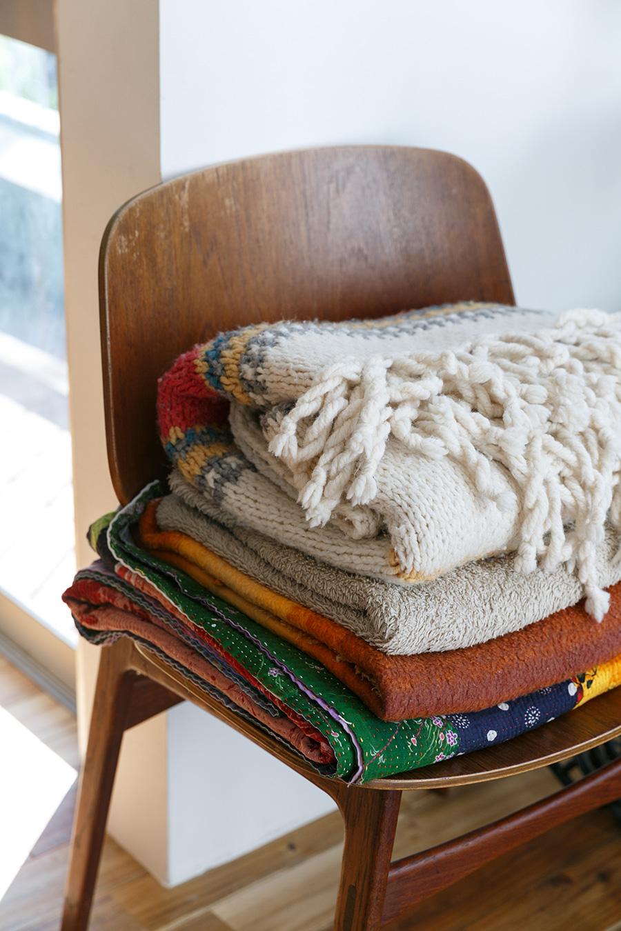 ヴィンテージ家具店で手に入れたチェアに、ブランケットをのせて暖かさを演出。