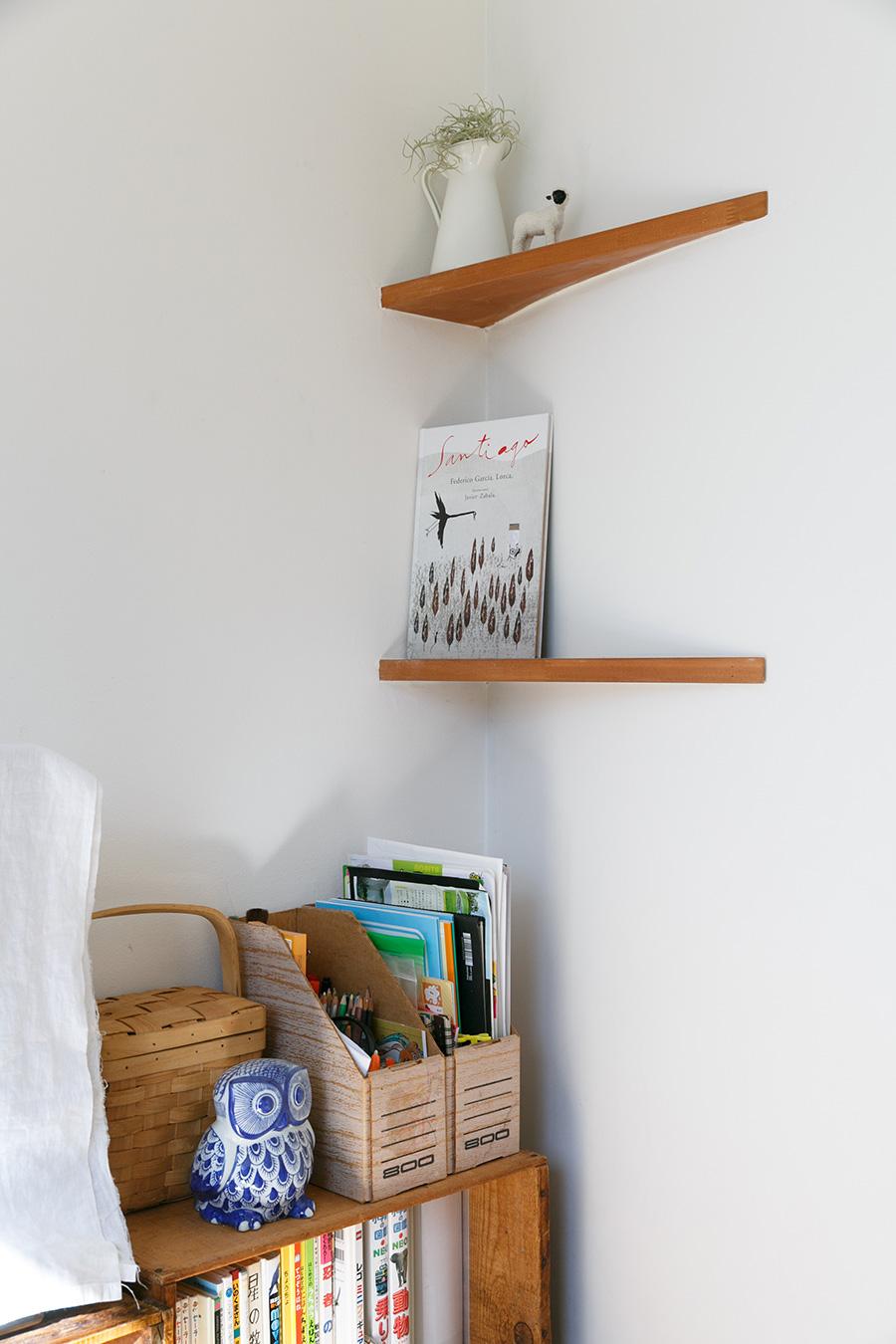 壁の終点には、円を描くことで生まれるスペースに固定の飾り棚を設けた。