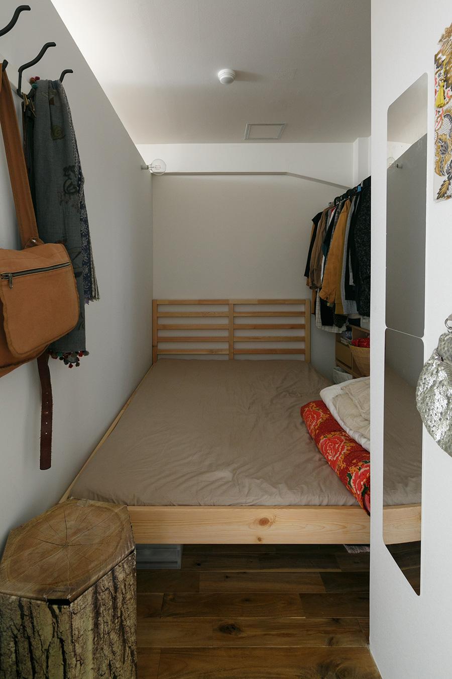 夫妻の寝室。やはりベッドを購入する際に計測し、スペースに収まるように配虜した。