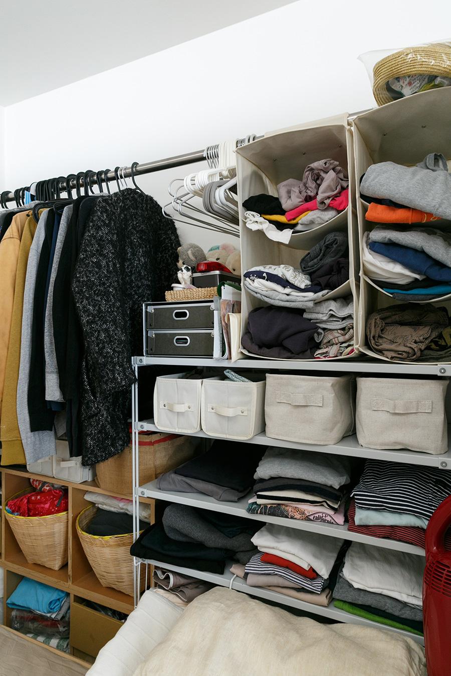 寝室の壁面はオープンな収納として利用。扉をつけずに空間を最大限にいかしている。