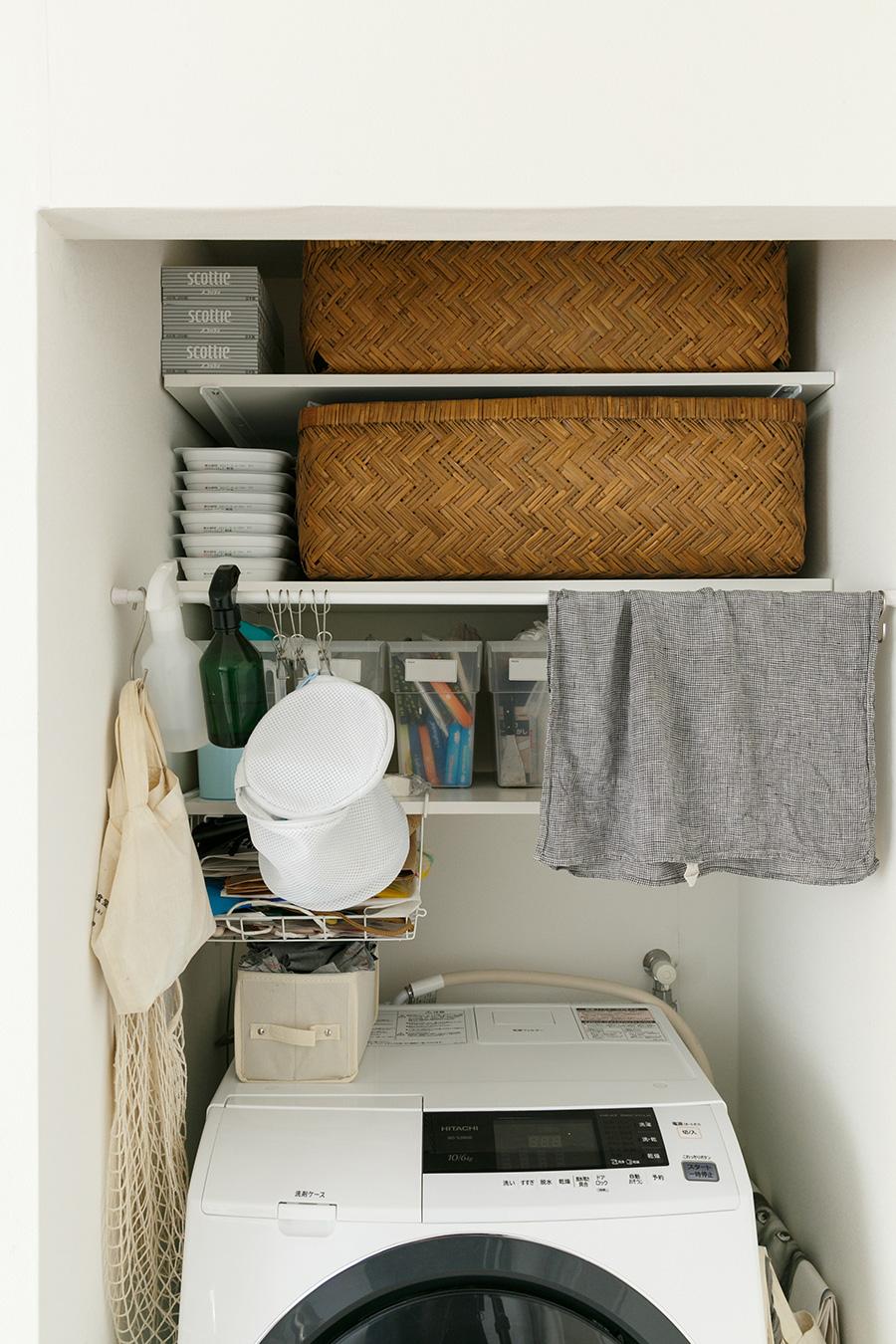 キッチンの向い側に洗濯機置き場がある。ここには扉がないので、つづらなどを使って見せる収納にしている。