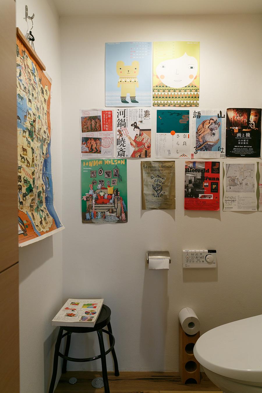 トイレの壁面にはポスターなどを張ってポップな雰囲気に。