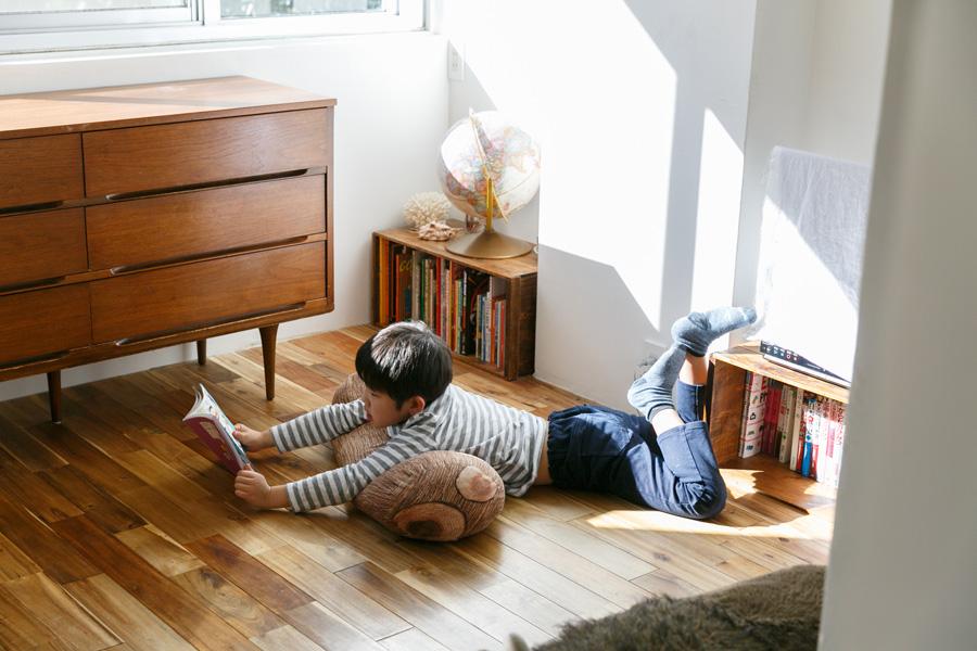 合板フローリングを、アカシアの無垢材に張り替えた。無垢の床は肌ざわりが良く、寝転んでも冷たさを感じない。
