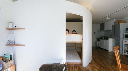 タマゴのような空間築60年のマンションを大胆にリノベーション