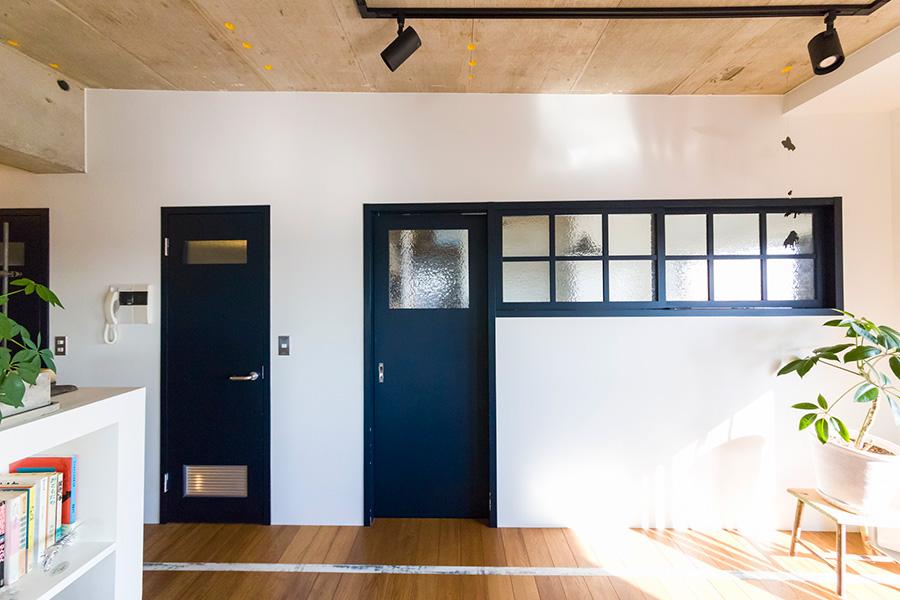 白い壁に、紺色のドアと窓枠のコントラストが印象的。右側が開智くんの部屋。