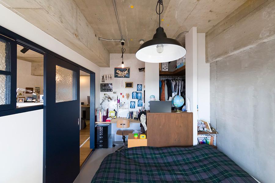 居心地が良さそうな開智くんの部屋。勉強机とベッドとクローゼット。