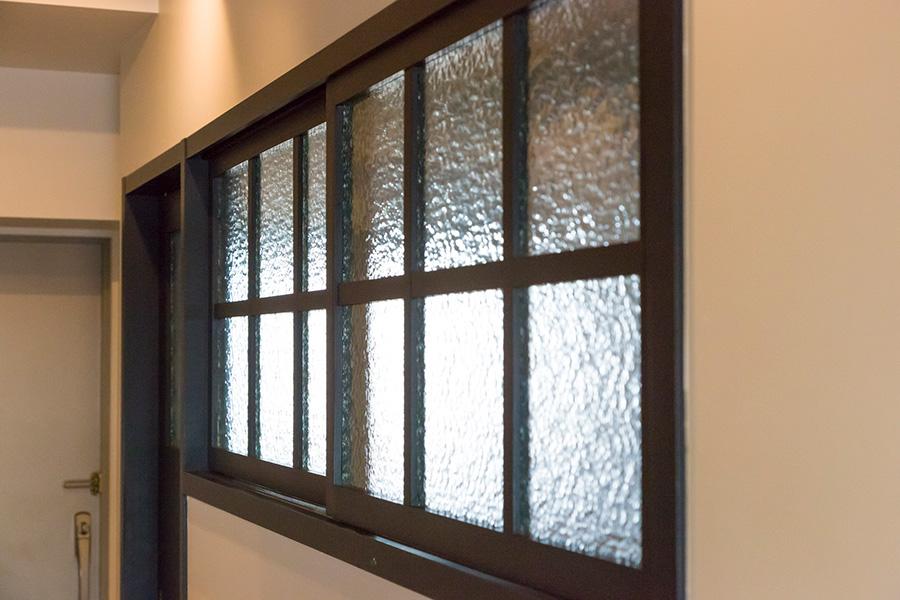 長女の萌絵さんの部屋のノスタルジックな引き戸の曇りガラス。