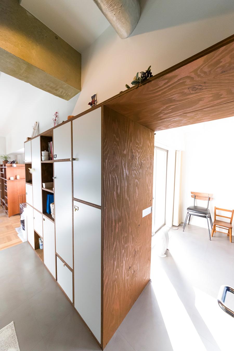 壁面の収納家具は、一部トンネルのようになっている楽しい作り。