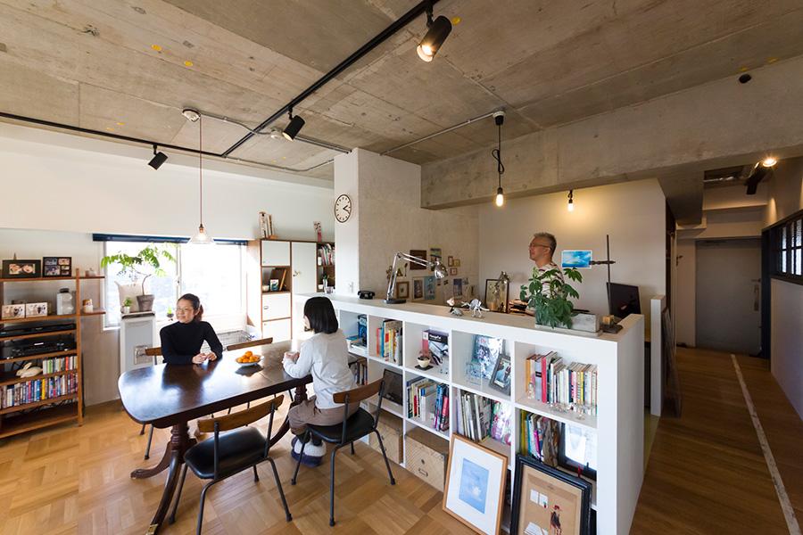 琢巳さんがいる場所が職員室。琢巳さんと玲奈さんの仕事部屋でもある。