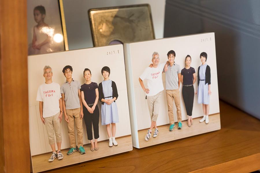 家族の写真がさりげなく飾られている。これは木のブロックに印刷したもの。