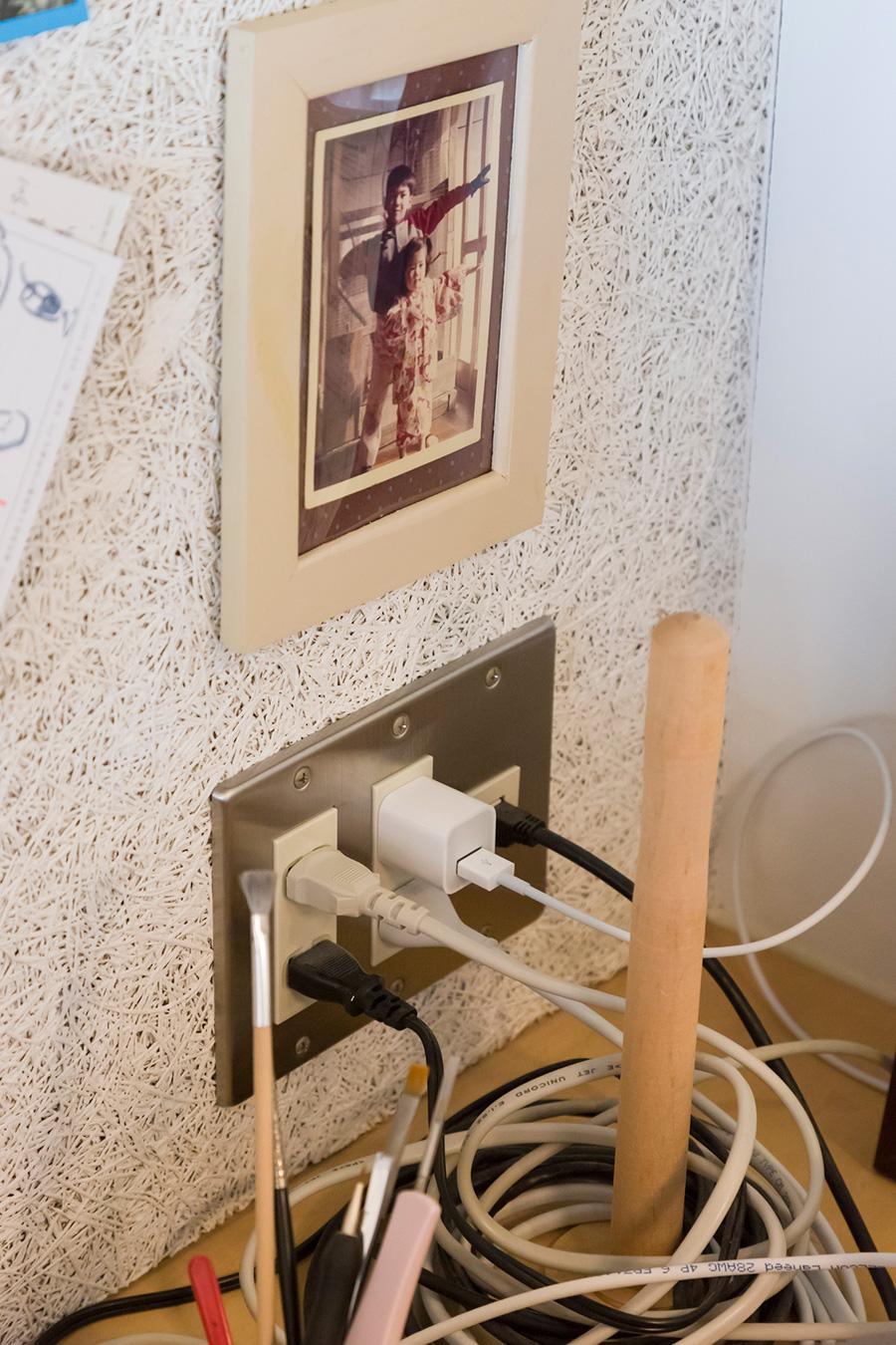 余分なケーブルを棒にクルクルと巻き付ける。簡単にできるケーブルの整頓のアイディア。