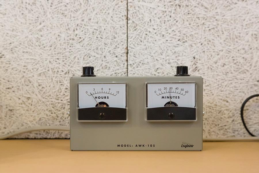 仕事部屋の電気のメーターのようなオブジェはなんと時計。左が時間、右が分。