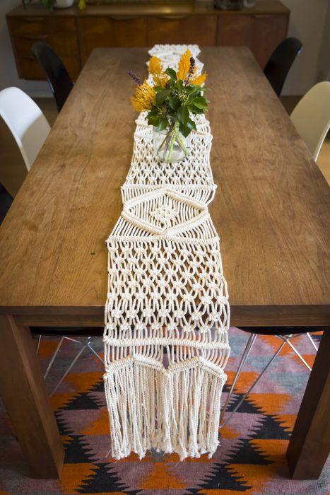 ナチュラルな素材とマクラメ編みがベストマッチ。マクラメのテーブルランナーでダイニングテーブルがゴージャスに変身。