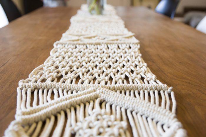 マクラメの編み方はシンプル。このテーブルライナーは「平編み」「巻結び」「斜め巻き結び」の3つの編み方で制作。