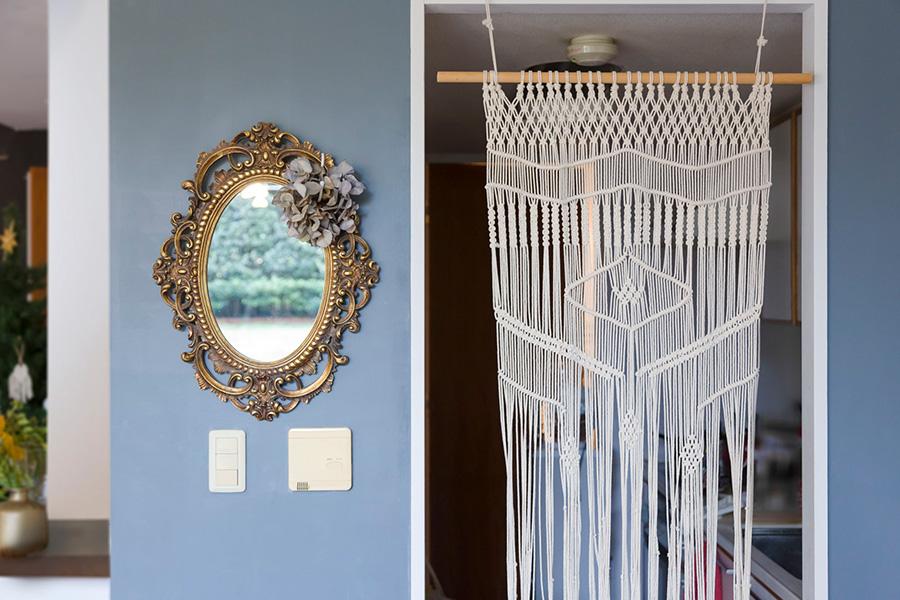 西村さんがマクラメ編みにハマるきっかけになった最初の作品が、このキッチンとダイニングを分けるパーテーション。