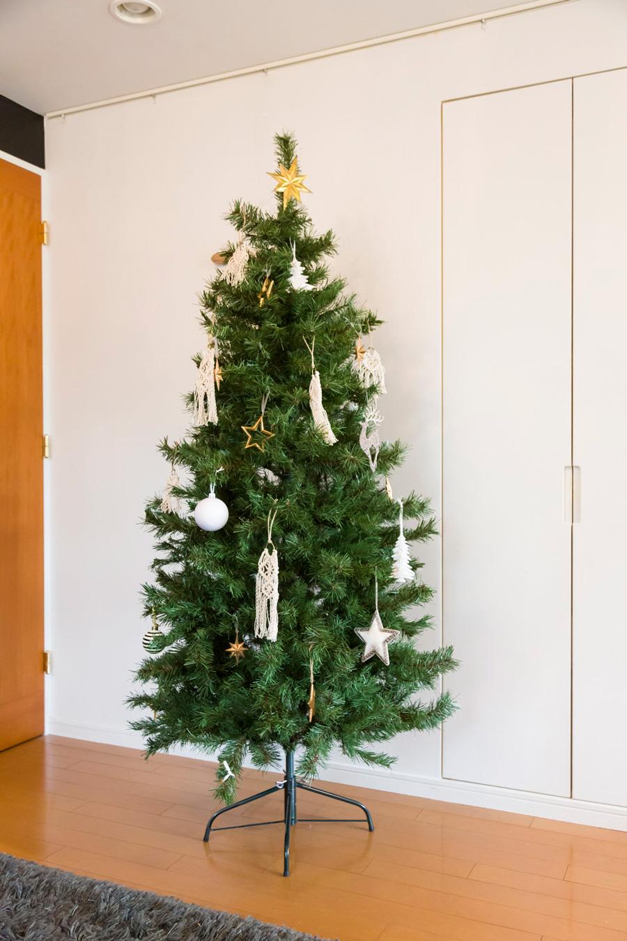 クリスマスツリーのオーナメントにマクラメ編みを使い、白とゴールドの大人っぽいツリーにデコレーション。