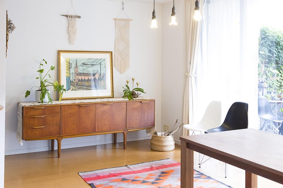 洗練されたデザインの北欧家具にマクラメ編みをかけ、壁には小さなタペストリーをデコレーション。