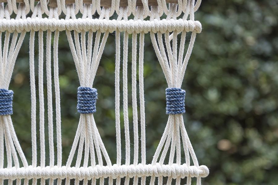 紺色に染めた綿ロープを巻いてアクセントにすれば、ビーチサイドの家に似合いそうな爽やかなタペストリーになる。