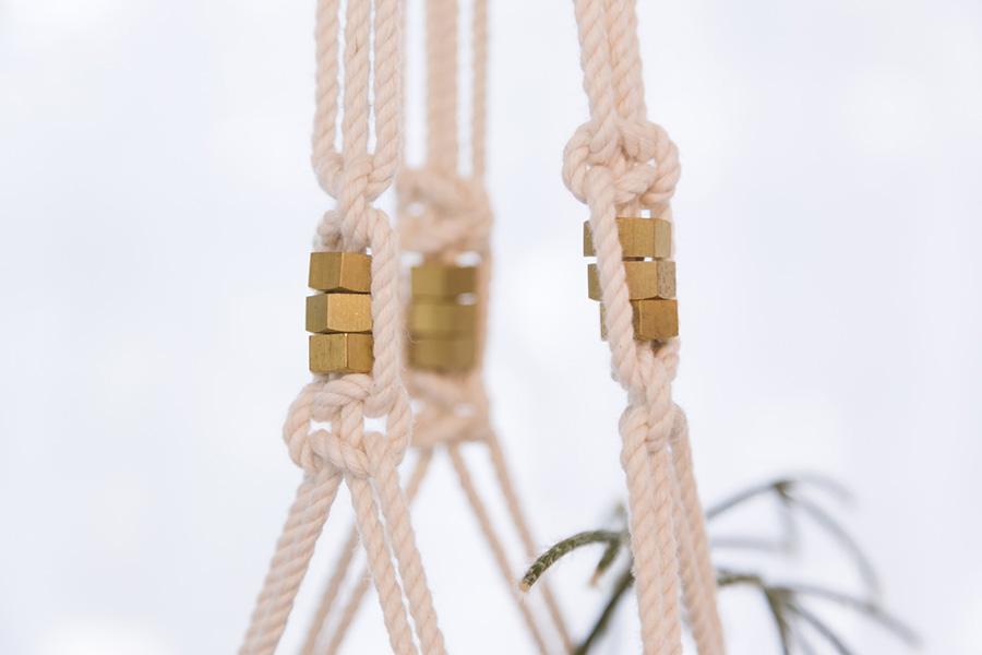 ロープにゴールドのナットを通して、スタイリッシュなアクセントに。「ステンレスのパイプをアクセントとして使うこともあります」