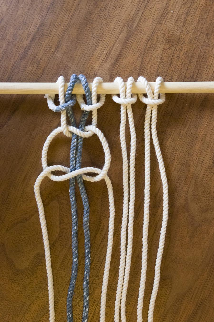 """③先ほどとは逆の""""左""""端のロープを、真ん中の2本の上を通り先端を通す。"""