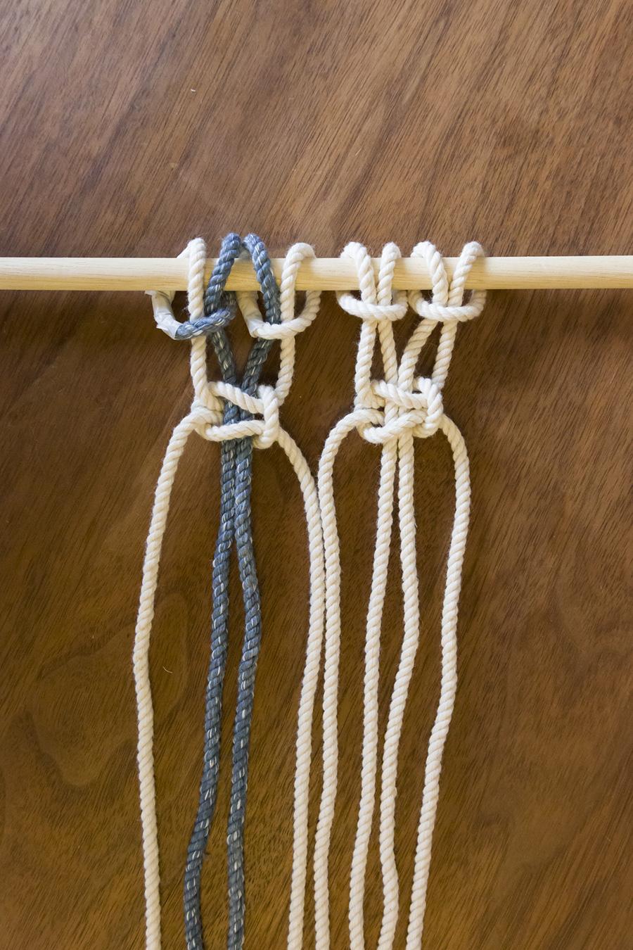 ④右側のもう4本のロープも同様に2回結ぶ。この編み方が「平編み」。