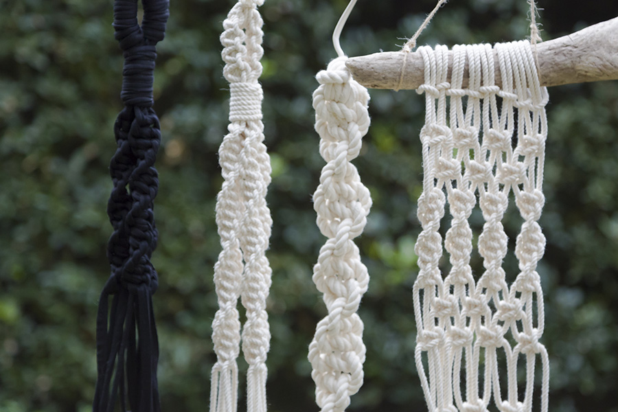 「平編み」を行った後、「ねじり編み」をし、さらに「平編み」したタペストリーが右側のオーナメント。左の2つは「ねじり編み」のみ。