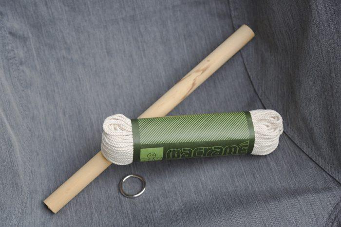 マクラメ編みに必要な道具はこれだけ。ロープと、ハンギングを作る時はリングを、タペストリーには棒を用意して編み始めていく。