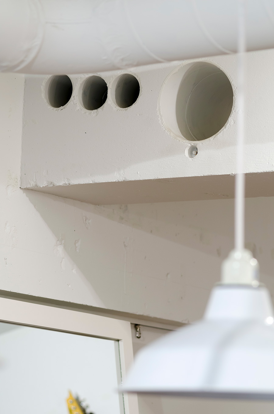 キッチンのダクト部分だった穴はあえてそのままに