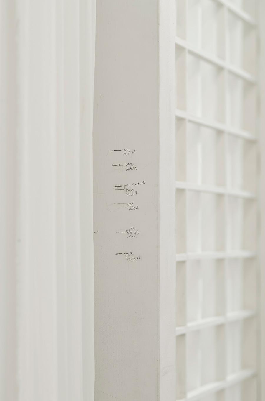 寝室の柱にはこころちゃんの成長を記録中