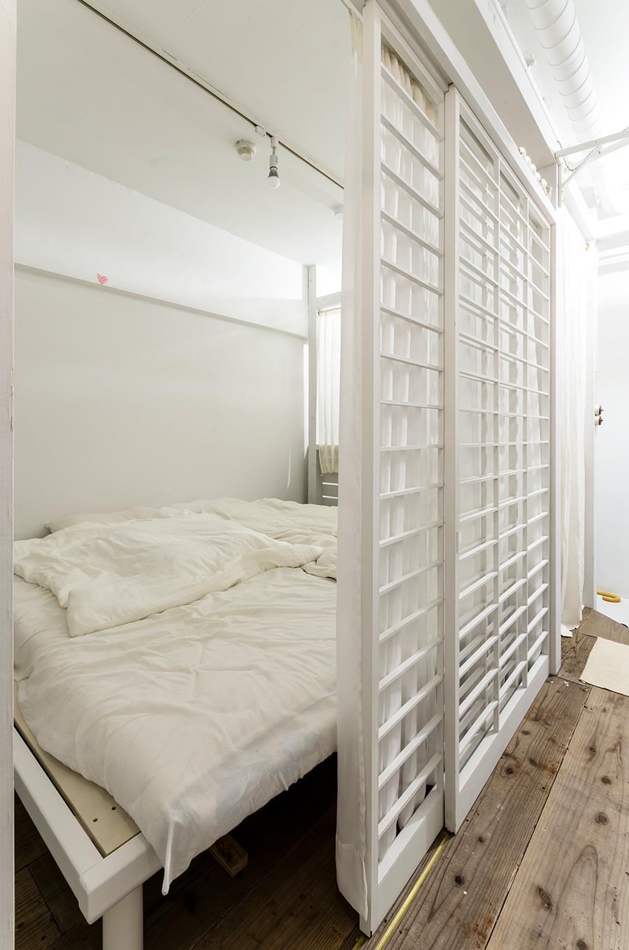 ベッドルームの引き戸は障子の組子を再利用したもの