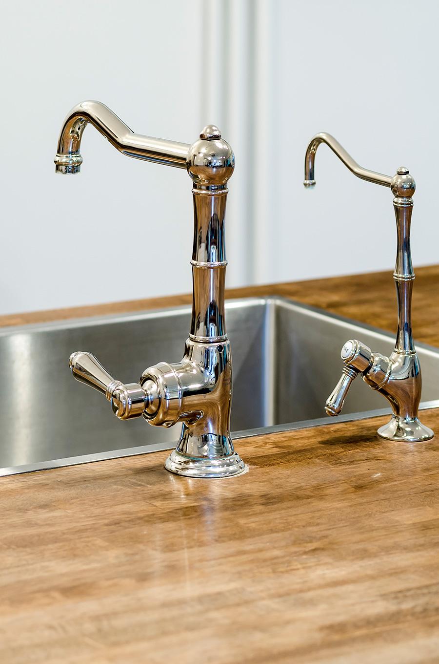 水栓と浄水器はイタリア製のポリッシュニッケル