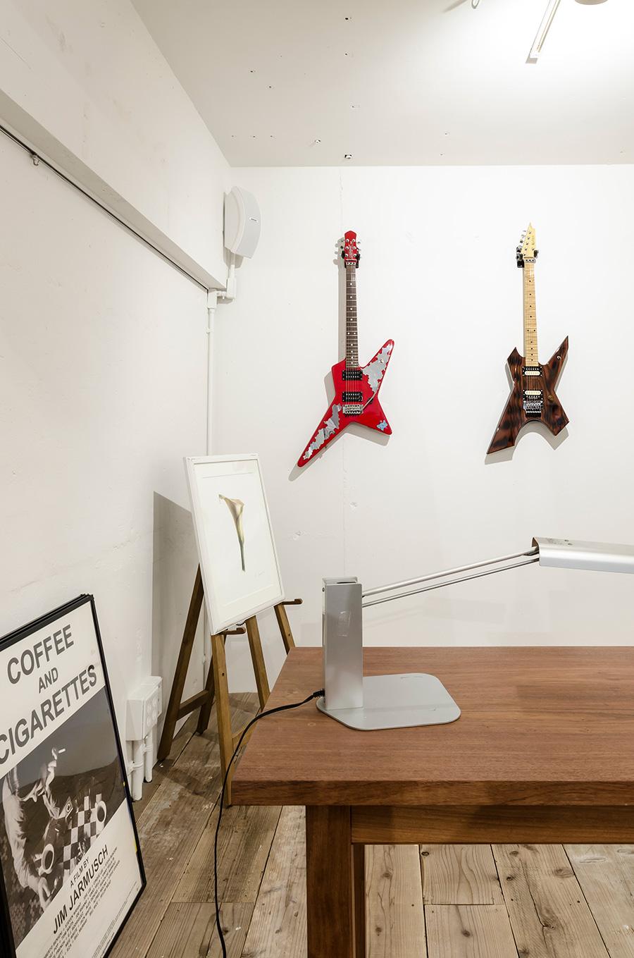 尊敬するミュージシャンのギターと学生時代の絵