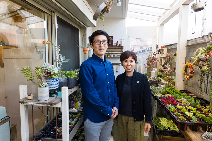 多肉植物アレンジのプロ「TOKIIRO」ユニットの近藤義展さんと近藤友美さん。季(とき)の色を楽しむアレンジを提案する。