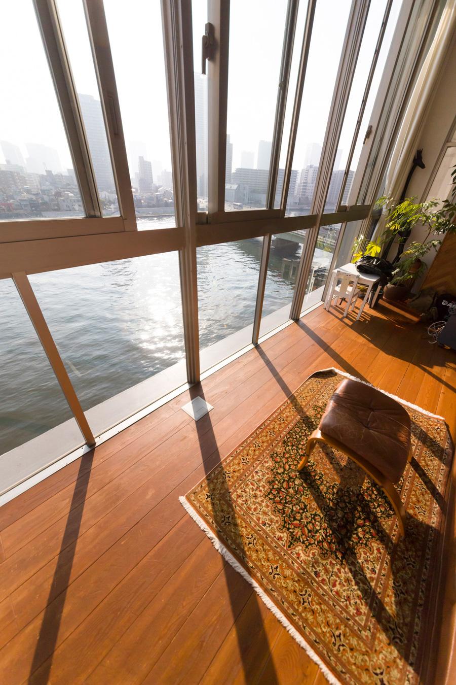 隅田川の川面が眼下に。自宅にいながら客船で旅を楽しんでいるような気分を味わえる。