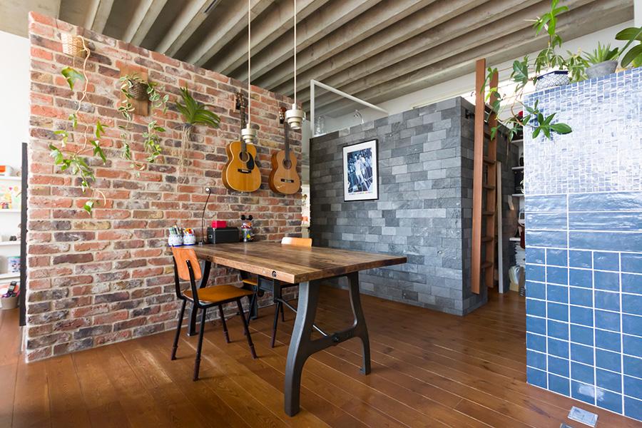 壁の色が違う建物の中は、寝室や書斎、キッチンだったり収納だったりと用途は様々。天井部分が開いているので圧迫感がない。