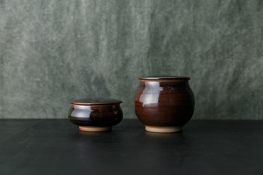 黒飴釉:3寸蓋付平鉢 φ100 H60mm ¥2,400 3寸蓋付丸鉢 φ100 H90mm ¥2,600
