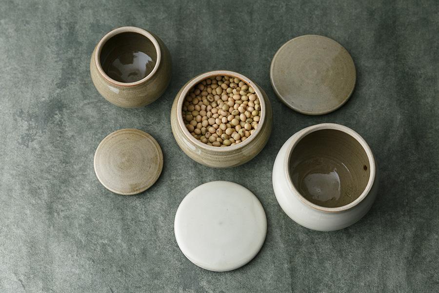 内側にも釉薬が塗られているため、水分、塩分が染みない。ぬか漬けなど漬物容器としてもオススメ。
