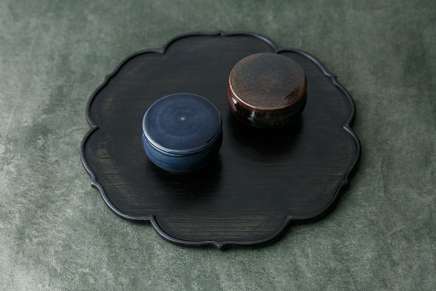 3寸平鉢は小ぶりな手のひらサイズ。シュガーポットやお茶請けとしてそのままテーブルに出しても。 折敷(BON/稜花盆) ¥19,000